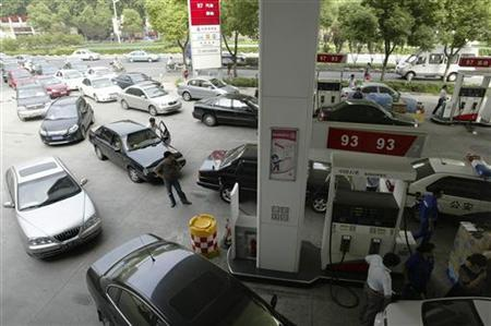 People at a car petrol station queue to fill their tanks in Nanjing, Jiangsu province August 26, 2009. REUTERS/Sean Yong