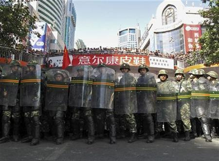 Paramilitary police in riot gear block a road at the centre of Urumqi in China's Xinjiang Autonomous Region September 3, 2009. REUTERS/Stringer