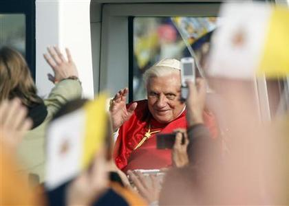 Pope Benedict XVI greets pilgrims as he arrives to celebrate a Holy Mass in Stara Boleslav September 28, 2009. REUTERS/Laszlo Balogh