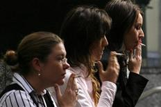 <p>Immagine d'archivio di tre donne che stanno fumando. REUTERS/Daniel Munoz (AUSTRALIA POLITICS BUSINESS)</p>