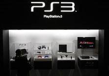 <p>A visitor looks at a Sony's PlayStation 3 game console at the Tokyo Game Show in Chiba, east of Tokyo, September 24, 2009. REUTERS/Toru Hanai</p>