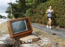 <p>Un vecchio televisore gettato lungo una strada. REUTERS/Carlos Barria</p>