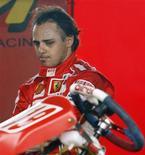 <p>Pilto da Ferrari, Felipe Massa, se preparando para correr em pista de kart em São Paulo. Massa não deve temer Alonso na Ferrari, diz Ecclestone. REUTERS/Paulo Whitaker</p>
