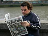 <p>Мужчина читает газету Evening Standard в центре Лондона 7 июля 2005 года. Лондонская вечерняя газета The Evening Standard будет распространяться бесплатно с 12 октября, что станет первым решительным шагом ее нового владельца российского бизнесмена Александра Лебедева по повышению популярности издания. REUTERS/Pascal Rossignol</p>