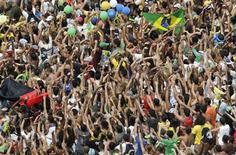 <p>Brasileiros comemoram vitória do Rio de Janeiro para sede das Olimpíadas de 2016. REUTERS/Bruno Domingos</p>