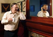 <p>Джек Шостак разговаривает по телефону в своем доме в Бостоне, Массачусетс 5 октября 2009 года. Трое американских ученых были удостоены Нобелевской премии в области медицины за открытие, позволившее понять, как происходит процесс копирования хромосом и как они противостоят деградации. REUTERS/Brian Snyder</p>