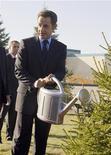 <p>Президент Франции Николя Саркози поливает елку перед Монументом Независимости Казахстана в Астане 6 октября 2009 года. Франция поддерживает Казахстан, который в 2010 году возглавит Организацию по безопасности и сотрудничеству в Европе (ОБСЕ), несмотря на обвинения со стороны правозащитников в отступлении от обязательств в сфере демократизации. REUTERS/Shamil Zhumatov</p>