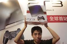 <p>Hong Kong, il primo acquirente della PlayStation 3 in versione slim. REUTERS/Tyrone Siu</p>