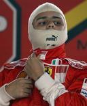 <p>O piloto de F1 Felipe Massa se prepara para correr com um kart em treino em São Paulo. O piloto Felipe Massa voltará a guiar um carro de Fórmula 1 na segunda-feira, um modelo 2007 na pista da Ferrari em Fiorano, a primeira vez desde seu sério acidente, afirmou a equipe em comunicado nesta sexta-feira.01/10/2009.REUTERS/Paulo Whitaker</p>