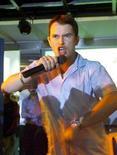 <p>Foto de archivo: Stephen Gately de la banda Boyzone habla con sus seguidores en Bombay, India, ago 2 2000.</p>