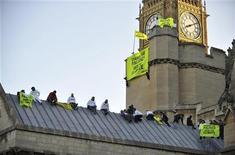 <p>Демонстранты сидят на крыше британского парламента с баннерами, призывающими бороться с изменением климата в Лондоне12 октября 2009 года. Британская полиция арестовала 20 экологов, устроивших акцию протеста на крыше здания парламента страны, сумев в очередной раз продемонстрировать ненадежность систем охраны государственных объектов в Лондоне. REUTERS/Kieran Doherty</p>