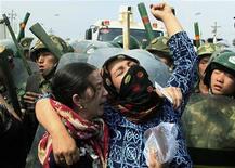<p>Женщины плачут и причитают в Урумчи, Синьцзян-Уйгурский автономный округ 7 июля 2009 года. Китайский суд в понедельник приговорил шестерых человек к смертной казни за преступления, совершенные во время июльских беспорядков в Синьцзян-Уйгурском автономном округе, сообщило информагентство Синьхуа. REUTERS/David Gray</p>