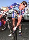 """<p>Бельгийский велогонщик Франк Вандербруке проверяет свой велосипед перед началом четвертой стадии """"Тур де Франс"""" 10 июля 1997 года. Известный бельгийский велогонщик Франк Вандербруке скончался в возрасте 34 лет в одном из отелей Сенегала, сообщил источник близкий с семье спортсмена. REUTERS/Eric Gaillard</p>"""