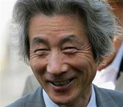 <p>Imagen de archivo del ex primer ministro de Japón, Junichiro Koizumi, mientras visita un teatro en Tashkent, Uzbekistán, 30 abr 2009. Uno de los líderes más populares de Japón, el ex primer ministro Junichiro Koizumi, va a llegar donde pocos políticos han llegado: se va a adueñar del papel del héroe enmascarado de televisión Ultraman King. Koizumi, de 67 años, es un político retirado y un seguidor declarado de Elvis Presley que recientemente prestó su voz al superhéroe Ultraman King, un líder respetado del clan Ultraman, para una nueva película. REUTERS/Shamil Zhumatov/Archivo</p>