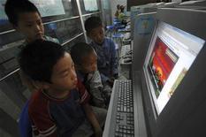 <p>Bambini cinesi giocano con il computer. REUTERS/Stringer</p>
