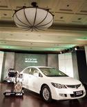 <p>Un modello ibrido della Honda Civic, presentato a Nuova Dehli. REUTERS/Danish Ismail</p>