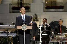 <p>Ao som dos ritmos de salsa, cumbia e bachata, o presidente Barack Obama fez uma homenagem à cultura latino-americana nos Estados Unidos com uma festa de gala na Casa Branca, na terça-feira. REUTERS/Larry Downing</p>