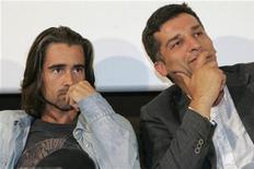 """<p>Il regista di """"Triage"""" Danis Tanovic (a destra) e il protagonista Colin Farrell nel corso della conferenza stampa per il lancio del film ad Alicante. REUTERS/Joaquin de Haro (SPAIN)</p>"""