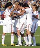 <p>Giocatori del Milan festeggiano dopo aver segnato un gol nello stadio di Bergamo. REUTERS/Paolo Bona</p>