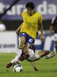 <p>Kaká dribla adversário em jogo pelas Eliminatórias para a Copa do Mundo, em Campo Grande. O Brasil se manteve na primeira posição no ranking da Fifa divulgado nesta sexta-feira, com a seleção de Portugal voltando a figurar entre as dez primeiras equipes, o que lhe garante uma cabeça-de-chave no sorteio para a repescagem que definirá as últimas vagas europeias para a Copa do Mundo.14/10/2009.REUTERS/Bruno Domingos</p>