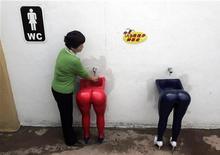 """<p>Женщина моет руки в туалете тематического парка """"Love Land"""" в Чунцине, Китай 10 апреля 2007 года. Люди моют руки после туалета гораздо тщательнее, если их заставляют это делать или они думают, что за ними следят, полагают британские ученые. REUTERS/Stringer</p>"""