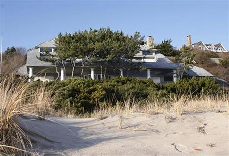 The ocean front Long Island beach house of financier Bernard Madoff is seen in Montauk, New York December 18, 2008. REUTERS/Shannon Stapleton