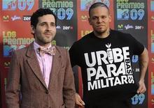 <p>René Pérez y Eduardo Cabra (en la foto a la izquierda) del grupo Calle 13 llegan a los Premios MTV 09 en Los Angeles, California. Pérez luce la camiseta que motivó las protestas de Colombia. Octubre 15, 2009. REUTERS/Phil McCarten (ESTADOS UNIDOS)</p>