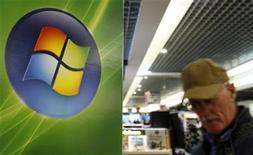<p>Un cliente accanto a un logo di Microsoft in un negozio. REUTERS/Sebastien Pirlet (BELGIUM)</p>