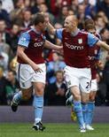 <p>Jogadores do Aston Villa comemoram gol em partida contra o Chelsea pelo Campeonato Inglês. As deficiências defensivas do Chelsea foram novamente expostas no sábado ao ser derrotado por 2 x 1 fora de casa. REUTERS/ Eddie Keogh</p>