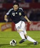 <p>O argentino Lionel Messi em partida contra o Uruguai pela classificação para a Copa do Mundo de 2010. O técnico da seleção da Argentina, Diego Maradona, se mostrou preocupado porque o jogador não consegue mostrar toda a sua qualidade com a comiseta da seleção. REUTERS/Enrique Marcarian</p>