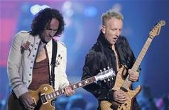 """<p>Imagen de archivo de los guitarristas de Def Leppard Vivian Campbell y Phil Collen en el concierto VH1 Rock Honors en Las Vegas, 25 mayo 2006. La banda británica de rock Def Leppard canceló la tercera etapa de su gira norteamericana debido a """"asuntos personales"""" no especificados, señaló el grupo a través de su sitio web. La tercera parte de la gira comenzaría el 22 de octubre y continuaría hasta el 28 de noviembre en Beaumont, Texas. REUTERS/ARCHIVO</p>"""
