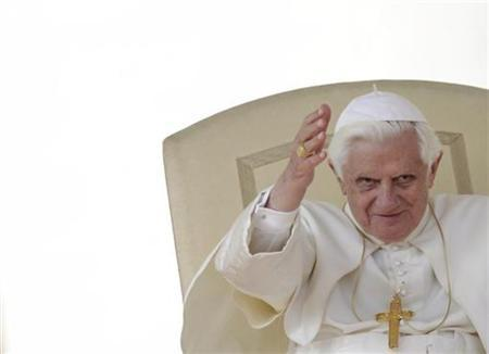 Pope Benedict XVI waves the faithful as he leads a weekly audience in Saint Peter's Square at the Vatican October 14, 2009. REUTERS/Alessandro Bianchi