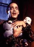 """<p>O ator Raul Julia, em cena do filme """"A Família Addams 2"""". Vic Mizzy, compositor de trilhas e temas para televisão e cinema, incluindo o da """"Família Addams"""", morreu aos 93 anos, informou seu site.1993</p>"""