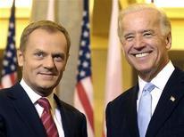 <p>Премьер-министр Польши Дональд Туск (слева) и вице-презижент США Джо Байден на встрече в Варшаве Польша готова участвовать в разработке альтернативного плана создания системы противоракетной обороны, представленного президентом США Бараком Обамой месяц назад. REUTERS/Adam Chelstowski/Forum</p>