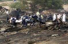 <p>Спасатели разбирают обломки на месте крушения грузового самолета в Шардже 21 октября 2009 года. Шесть членов экипажа суданского грузового самолета, разбившегося у аэропорта в Шардже в Объединенных Арабских Эмиратах, погибли. REUTERS/Ahmed Jadallah</p>