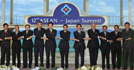 Japanese Prime Minister Yukio Hatoyama (5-L) link hands with ASEAN leaders during group shot before the ASEAN-Japan meeting at the 15th Association of Southeast Asian Nations (ASEAN) summit, in the seaside town of Hua Hin, some 190 km (118 miles) south of Bangkok, October 24, 2009. REUTERS/Sukree Sukplang