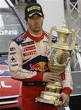 <p>Французский автогонщик Себастьян Леб держит в руках приз после победы на Ралли Уэльса 25 октября 2009 года. Французский автогонщик Себастьян Леб в шестой раз подряд выиграл чемпионат мира по ралли WRC, установив рекорд, который вряд ли будет побит в ближайшие годы. REUTERS/Stefan Wermuth</p>