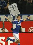 <p>Kuranyi comemora gol contra o Hamburgo pelo campeonato alemão. O atacante Kevin Kuranyi do Schalke 04 fez um gol de cabeça de último minuto que ajudou seu time a obter um empate de 3 x 3 com o Hamburgo neste domingo.25/10/2009.REUTERS/Ina Fassbender</p>