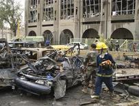 <p>Пожарные осматривают искореженные автомобили у места взрыва у министерства юстиции в Багдаде 25 октября 2009 года. Количество погибших в двух воскресных взрывах в Багдаде достигло 155 человек, более 500 ранены, сообщила полиция в понедельник. REUTERS/Mohammed Ameen</p>
