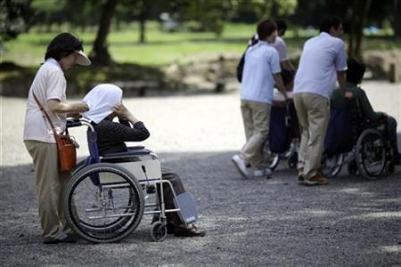 Elderly people visit a public garden in Tokyo in this July 16, 2009 file photo. REUTERS/Thomas White/Files
