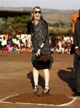<p>La cantante estadounidense Madonna durante la inaguración de una escuela para niñas en Chinkota, Malaui, oct 26 2009. La cantante estadounidense Madonna presentó el lunes el proyecto multimillonario de una escuela para niñas que está construyendo en Malaui y dijo que, si tenía éxito, lo repetiría en otros países. REUTERS/Siphiwe Sibeko</p>