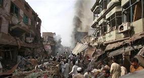 <p>Спасатели иполицейские вместе с местными жителями осматривают место взрыва в старом районе Пешавара28 октября 2009 года. Более 80 человек погибли в среду при взрыве бомбы на оживленном рынке в пакистанском городе Пешавар, еще около 100 человек были ранены, сообщили власти страны. REUTERS/Fayaz Aziz</p>