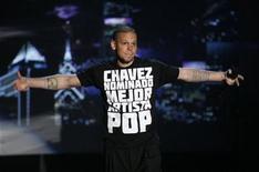 """<p>Foto de archivo de """"Residente"""" del grupo Calle 13 durante su presentación en los premios MTV Latinoamérica en Los Angeles, oct 15 2009. El polémico cantante del dúo urbano Calle 13 defendió el miércoles su polémica actuación en los premios MTV Latinoamérica, alegando que él fue sólo un medio de desahogo para sus fanáticos de toda la región. REUTERS/Mario Anzuoni</p>"""