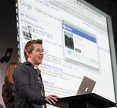 <p>Глава департамента развития продуктов Google Ар Джэй Питтман демонстрирует работу новой системы поискаи покупки музыыки в сети в Голливуде 28 октября 2009 года. Компания Google Inc в сотрудничестве с сервисами LaLa и iLike разработала новый способ поиска, прослушивания и покупки музыкальных композиций. REUTERS/Mario Anzuoni</p>