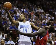 <p>La guardia degli Orlando Magic, Jameer Nelson, va a canestro in un incontro di basket della Nba. REUTERS/Kevin Kolczynski</p>