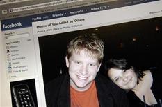<p>Фотография странички пользователей социальной сети Facebook в Вашингтоне 25 ноября 2007 года. Федеральный суд Калифорнии обязал известного интернет-спамера Сэнфорда Уоллеса выплатить $711,2 миллиона социальной сети Facebook. REUTERS/Jonathan Ernst</p>