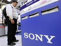 <p>Un uomo guarda i prodotti in uno stand della Sony in un grande magazzino di Tokyo. REUTERS/Kim Kyung-Hoon</p>