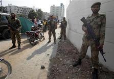 <p>Пакистанские солдаты стоят в оцеплении у места взрыва в Равалпинди 2 ноября 2009 года. Не менее 24 человек погибли при взрыве боевика-смертника в пакистанском городе Равалпинди, сообщили власти страны, пообещавшие награду за головы лидеров талибов. REUTERS/Faisal Mahmood</p>