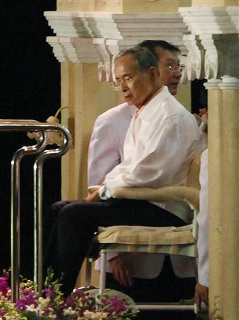 Thailand's King Bhumibol Adulyadej is seen at Siriraj Hospital during the Loy Krathong festival in Bangkok November 2, 2009. REUTERS/Sukree Sukplang