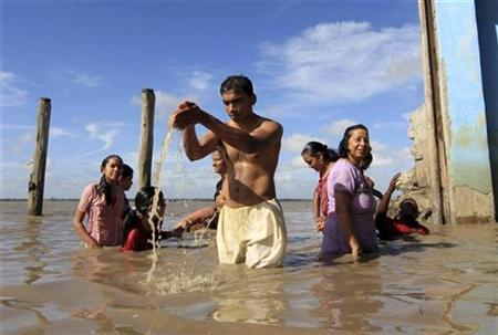 Surinamese Hindus take a ritual bath in the Suriname river on the first day of the Navratri festival of worship and dance in Paramaribo March 27, 2009. REUTERS/Ranu Abhelakh